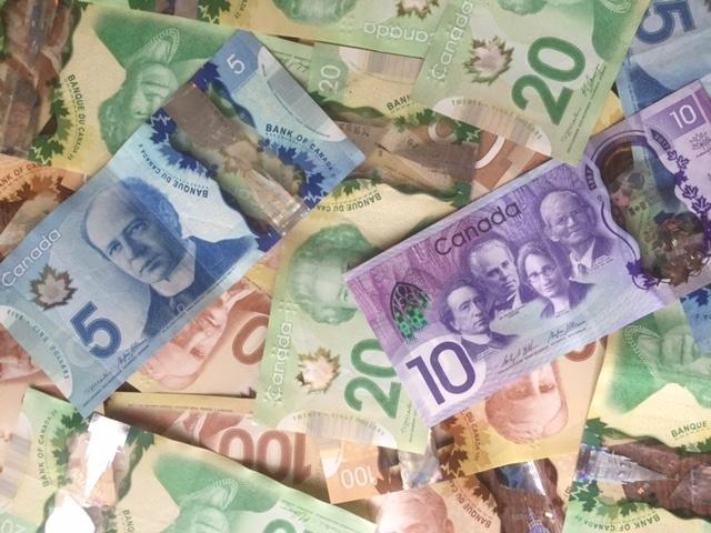 たくさんのカナダドル紙幣