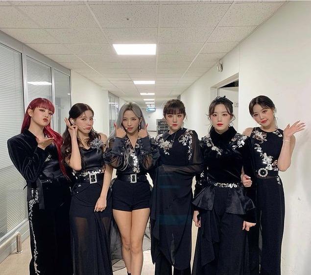 黒い衣装を着たGIDLEメンバー6人